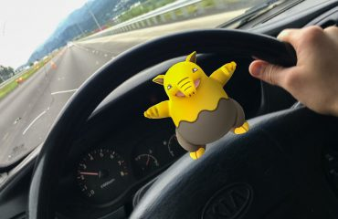 pokemon-go-in-the-car-jpg